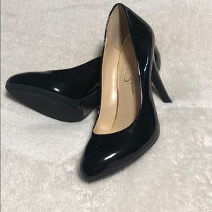 Black shiny pumps